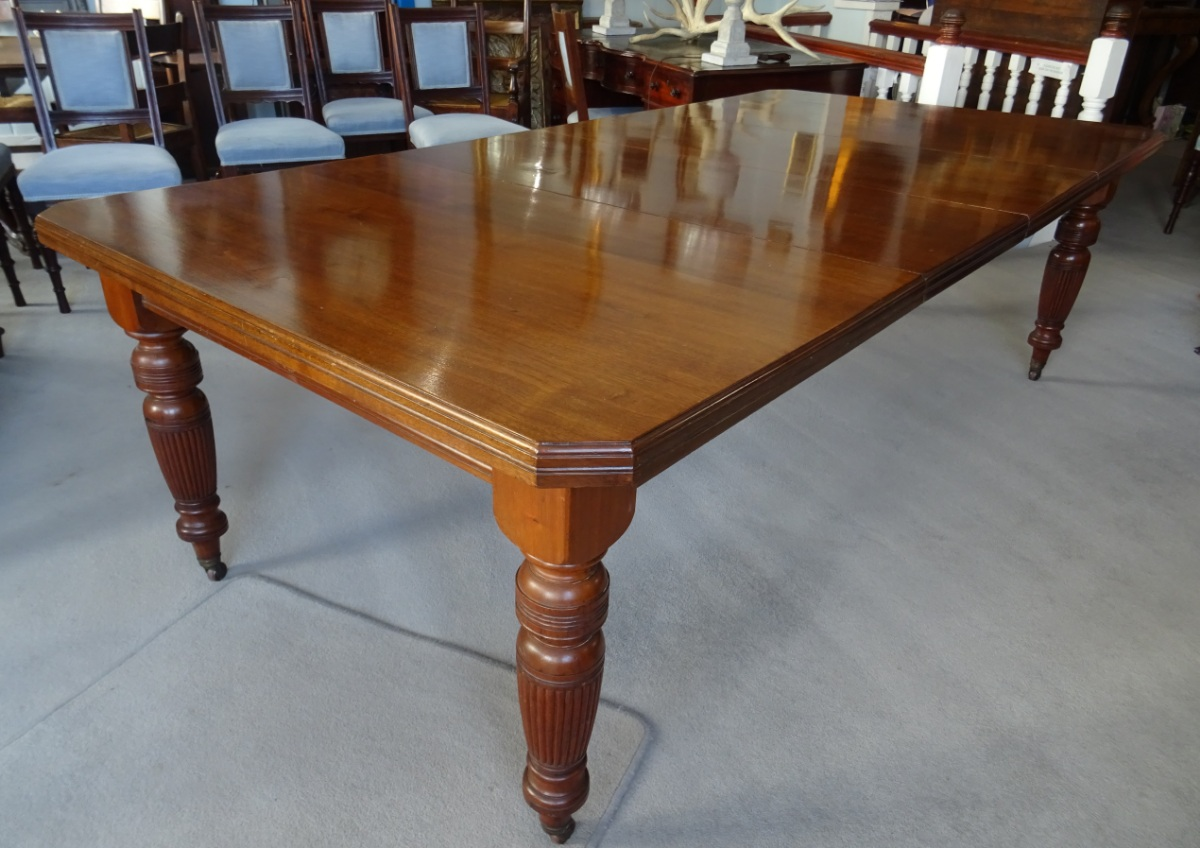 A Large Victorian Extending Wind out Walnut Dining Table (13).JPG