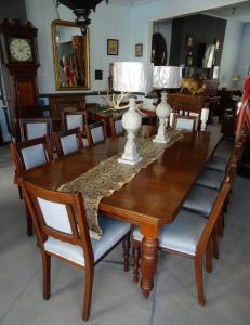 A Large Victorian Extending Wind out Walnut Dining Table (8).JPG